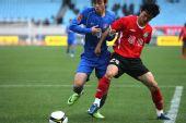 图文:[中超]江苏0-0河南 张璐在比赛中护球