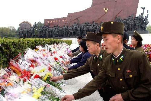 平壤,2009年4月25日 朝鲜庆祝建军77周年  4月25日,朝鲜迎来人民军建军77周年,朝鲜人民军和各界群众举行了各种庆祝活动。这张朝鲜中央通讯社25日提供的照片显示,朝鲜军人在平壤向朝鲜已故国家主席金日成的铜像献花,庆祝朝鲜人民军建军77周年。 新华社/朝中社