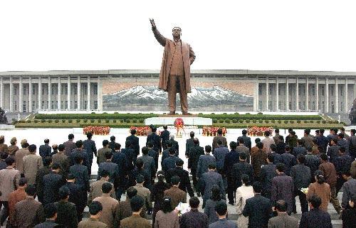 平壤,2009年4月25日 朝鲜庆祝建军77周年  4月25日,朝鲜迎来人民军建军77周年,朝鲜人民军和各界群众举行了各种庆祝活动。这张朝鲜中央通讯社25日提供的照片显示,朝鲜各界群众在平壤向朝鲜已故国家主席金日成的铜像献花,庆祝朝鲜人民军建军77周年。 新华社/朝中社