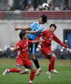 图文:[中超]重庆1-0大连 杨林以一敌二