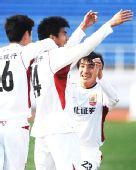 图文:[中超]长春1-0上海 曹添堡与队友庆祝