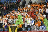 图文:[中超]山东VS青岛 青岛球迷叫阵鲁能