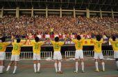 图文:[中超]陕西1-0胜北京 陕西队员答谢球迷