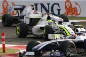 图文:F1巴林大奖赛正赛 弯道争夺战