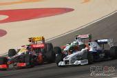 图文:F1巴林大奖赛正赛 拥挤的弯道