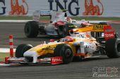 图文:F1巴林大奖赛正赛 皮奎特在弯道中