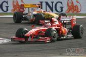 图文:F1巴林大奖赛正赛 莱科宁领先入弯