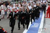 图文:F1巴林大奖赛正赛 跑去看颁奖