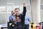 图文:F1巴林站维泰尔获第二名 抵达终点谢观众