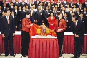 江丙坤向陈云林赠送礼品皮雕。皮雕是一位台湾农民挑着满筐南瓜的人物造型。