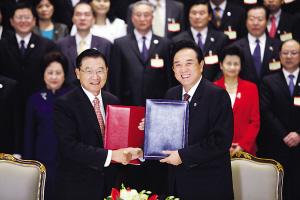 26日,海协会会长陈云林与海基会董事长江丙坤在签字仪式上。