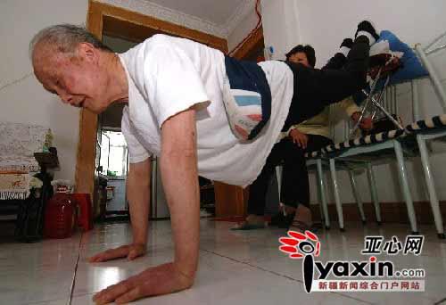 78岁老翁负重9公斤沙袋 91秒做近百俯卧撑(图)