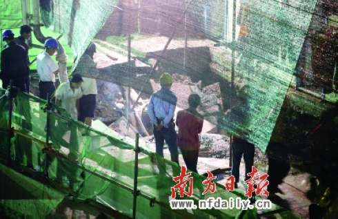 昨晚,在事故现场工作人员正用混凝土填平塌陷处。本报记者杨曦摄