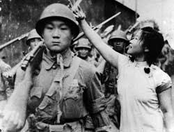 上海时,小姑娘追着为解放军战士献花