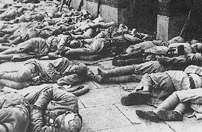 放军进入上海后,不扰市民,露宿街头