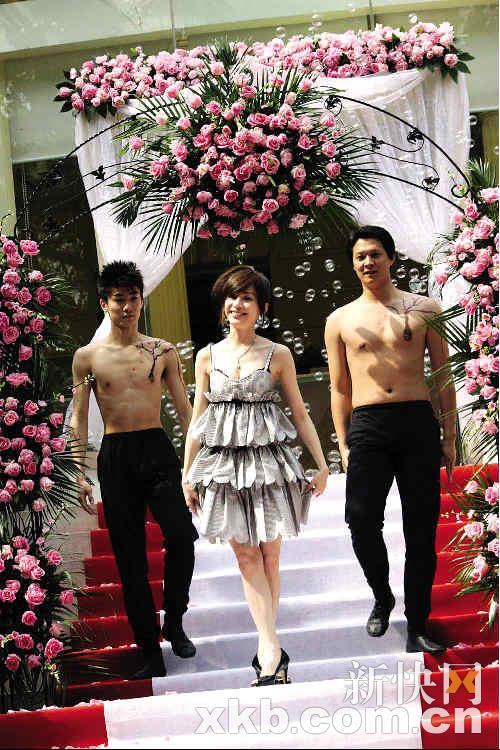 """新东家用粉色玫瑰摆下了""""桃花阵"""",还请来猛男做伴舞,希望王心凌能""""桃花朵朵开"""""""
