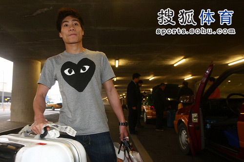 图文:中国跳水队载誉抵京 火亮T恤很可爱