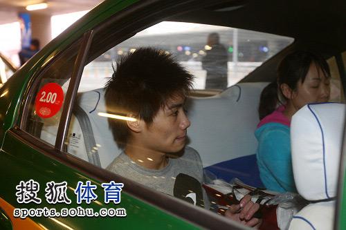 图文:中国跳水队载誉抵京 火亮坐进出租车