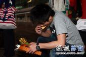 图文:中国跳水队载誉抵京 火亮大口吃饼干