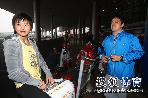 图文:中国跳水队载誉抵京 王鑫的箱子不小