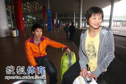 图文:中国跳水队载誉抵京 王鑫笑得灿烂