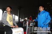 图文:中国跳水队载誉抵京 王鑫翘首企盼