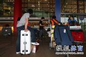 图文:中国跳水队载誉抵京 等待大巴的到来