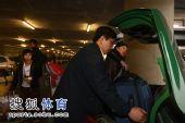 图文:中国跳水队载誉抵京 行李可真多
