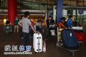 图文:中国跳水队载誉抵京 行李大包小包