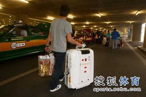 图文:中国跳水队载誉抵京 超大的行李箱
