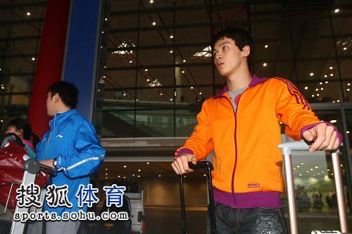 图文:中国跳水队载誉抵京 还在等待巴士