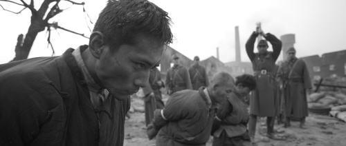 日军斩首的画面在公映版本中并未出现。
