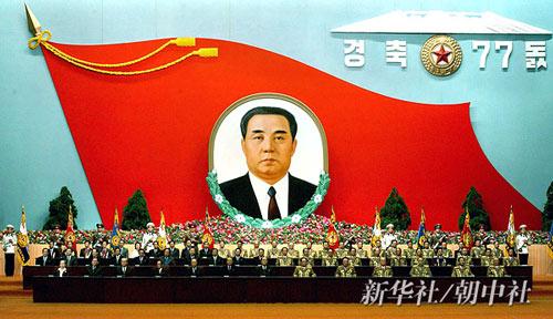 """这张朝鲜中央通讯社4月24日提供的照片显示,朝鲜当天在平壤举行中央报告大会,庆祝人民军建军77周年(4月25日)。朝鲜人民军总参谋长李英浩在会上表示,朝鲜将进一步加强""""战争遏制力"""",以""""保卫国家尊严和民族生存权""""。新华社/朝中社"""