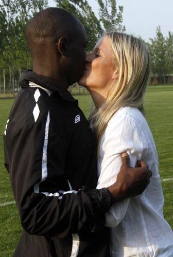 奥贝与爱妻热吻