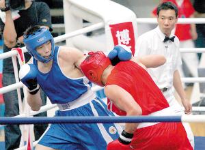 李斌(左)为重庆队夺得了本次比赛唯一一枚金牌。 本报记者 高科 摄