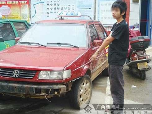 涉嫌持刀抢劫的少年指认被抢的出租车。记者彭宁莉摄