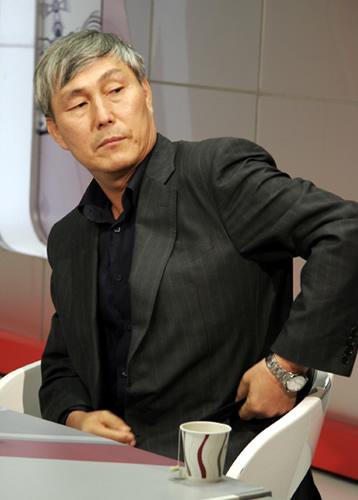 图文:BC卡杯半决赛 曹薰铉满头银发宝刀不老