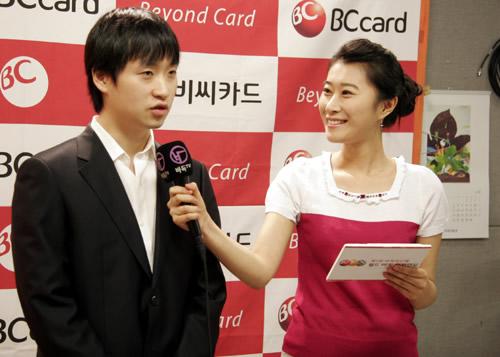 图文:BC卡杯半决赛胜小李 赵汉乘接受美女采访