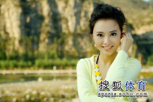 图文:八强宝贝吴双最新写真 淡黄薄衫优雅