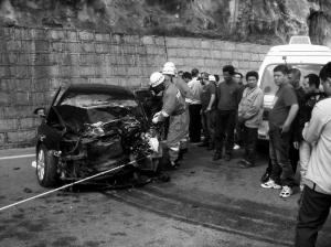 帕萨特的车头已被撞烂