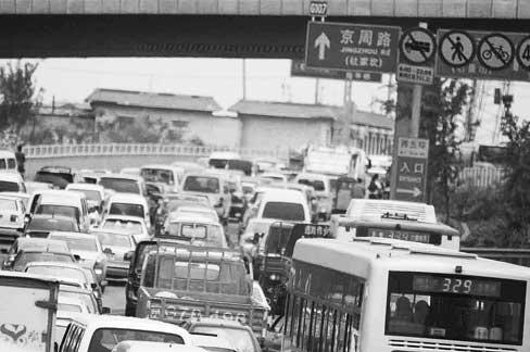 今天上午,往杜家坎方向的车流量大 摄/记者田宝希