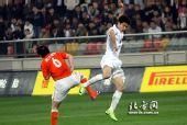 图文:[中超]天津0-1山东 曹阳拼抢无所畏惧