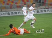 图文:[中超]天津0-1山东 路易斯欺负对方后卫