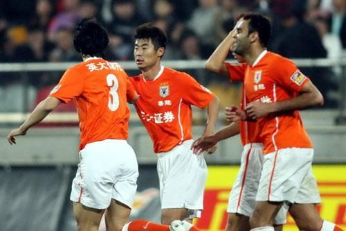 图文:[中超]天津0-1山东 韩鹏庆祝进球