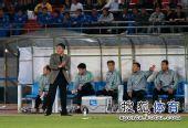 图文:[中超]北京0-0上海 李章洙在场边指挥