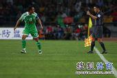 图文:[中超]北京0-0上海 裁判举旗