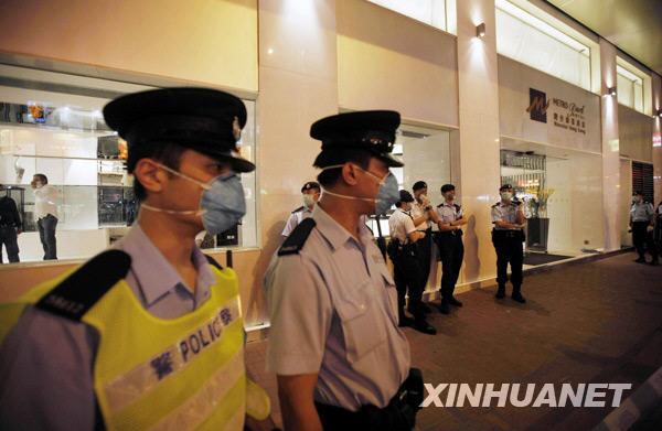 香港 周磊摄/5月1日,警察在被下令隔离的香港湾仔维景酒店外警戒。新华社...