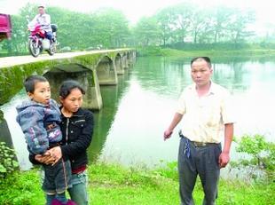 图为儿童落水现场。