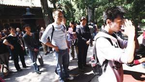 今天上午前来卧佛寺祈福的游客排起长队,其中有不少即将毕业的大学生 摄/记者王贺健实习生易方兴