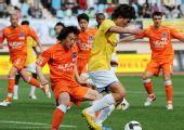 图文:[中超]青岛2-1陕西 李毅带球进攻